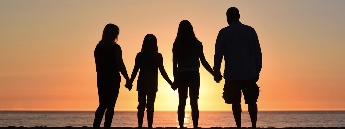 roditelji i deca zalazak sunca
